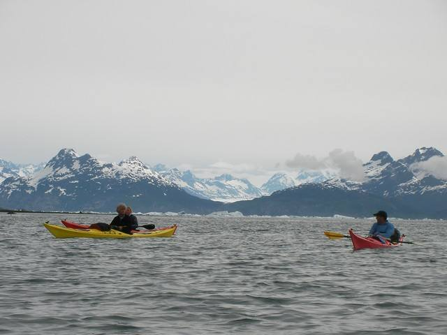 kayakistes dans le golfe de Prince William Sound. Alaska