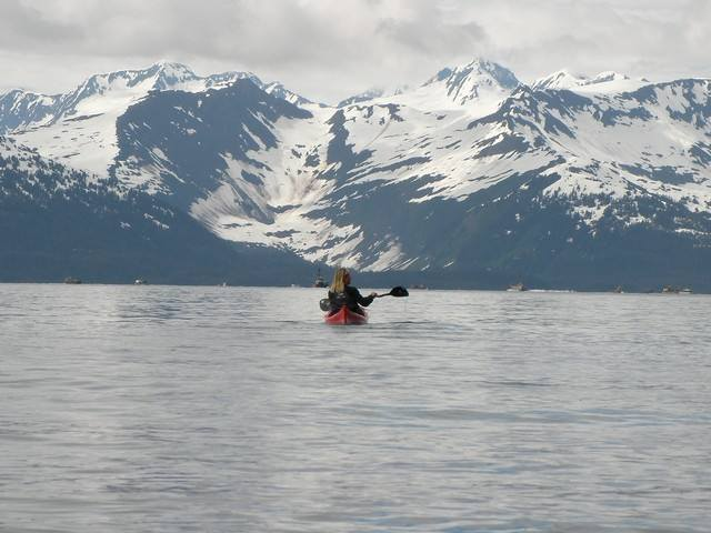 Une kayakiste dans le golfe de Prince William Sound. Alaska